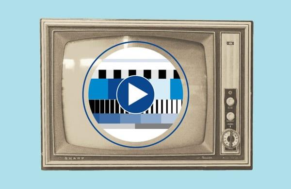 Alter Röhrenfernseher auf blauem Hintergrund
